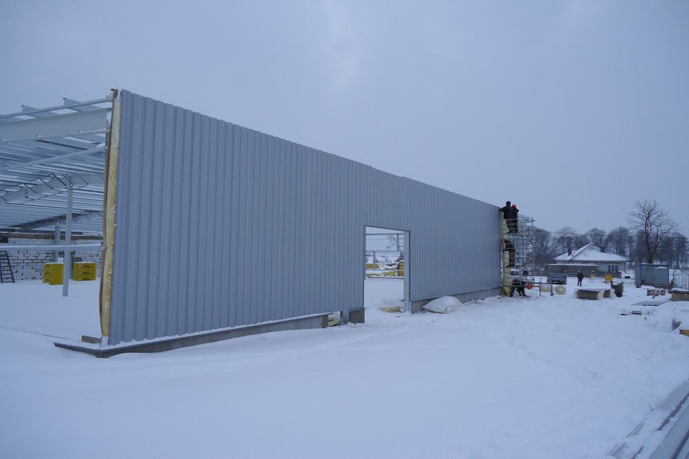obudowa konstrukcji blachą trapezową - hala produkcyjna, dla DS Group, Szadek, woj. łódzkie