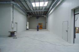 wnętrze hali 3 - hala produkcyjno-magazynowa z częścią biurową, dla Ergis, Wąbrzeźno, woj. kujawsko-pomorskie