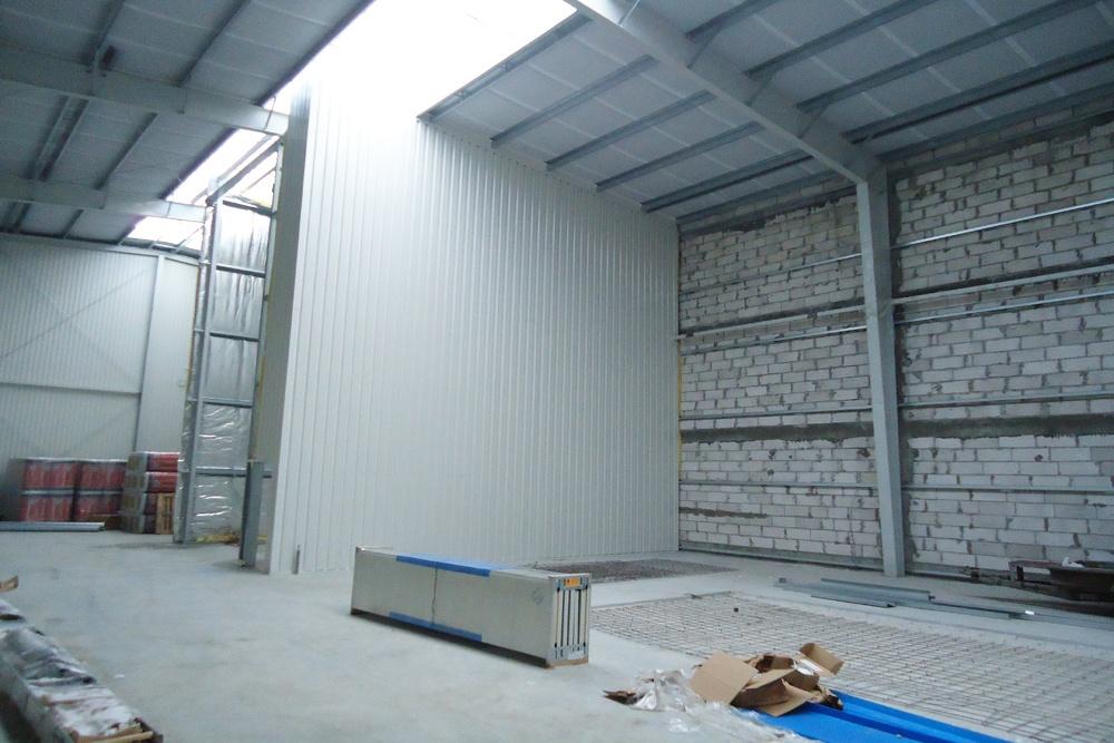 wnętrze hali w trakcie budowy - hala produkcyjna, dla Poleko, Nowy Dwór Mazowiecki, woj. pomorskie