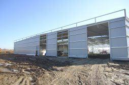 jedna z elewacji w trakcie budowy - hala produkcyjna z budynkiem biurowym, dla Uniservice, Skarbimierz