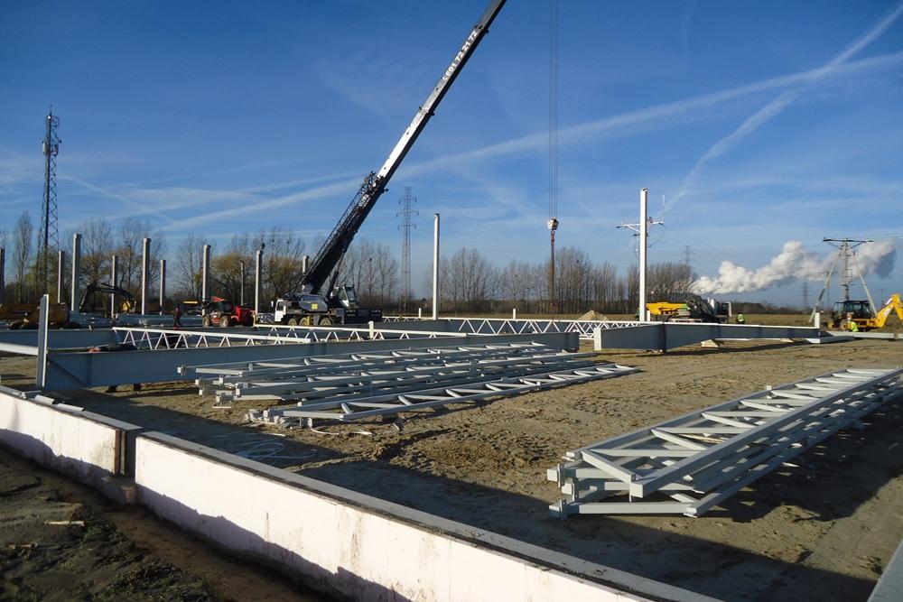 wznoszenie elementów konstrukcji stalowej - hala produkcyjna z częścią biurową, dla Arsanit, Konin