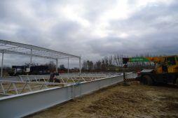 przygotowywanie konstrukjci dachu - hala produkcyjna z częścią biurową, dla Arsanit, Konin, woj. wielkopolskie