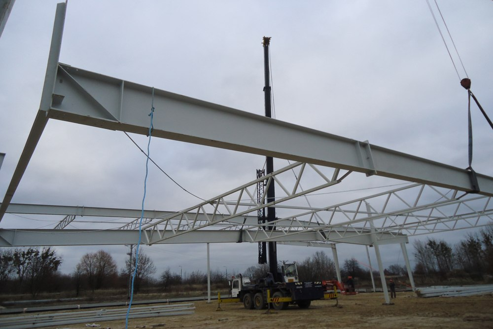 wznoszenie konstrukcji zadaszenia - hala produkcyjna z częścią biurową, dla Arsanit, Konin, woj. wielkopolskie