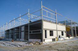 prace związane z montażem stropu - hala produkcyjna z częścią biurową, dla Arsanit, Konin, woj. wielkopolskie