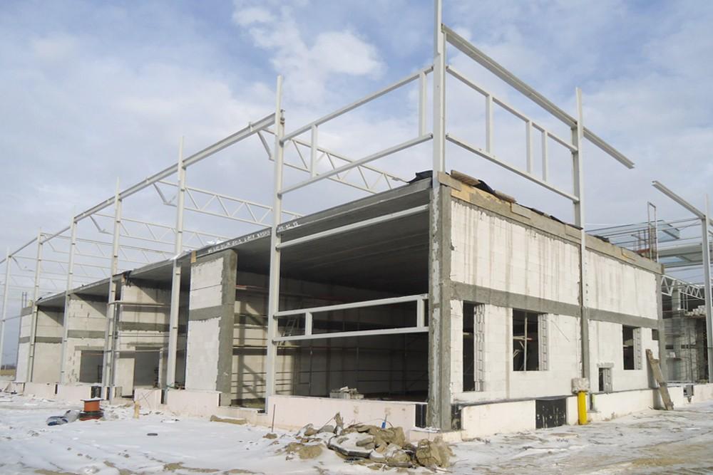 widok ogólny na konstrukcje budynku - hala produkcyjna z częścią biurową, dla Arsanit, Konin