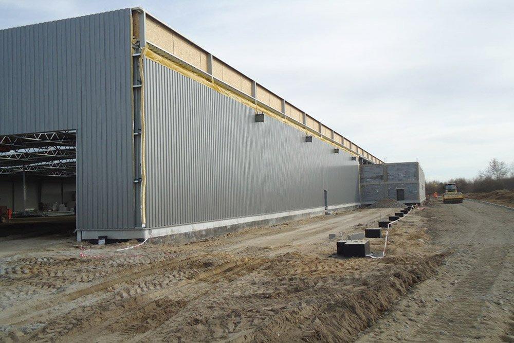 prace wykończeniowe na elewacji - hala produkcyjna z budynkiem biurowym, dla Uniservice, Skarbimierz