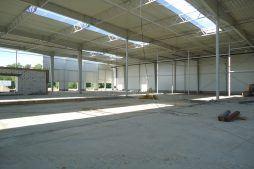 wnętrze hali podczas budowy - sortownia owoców z częścią biurową, dla Europejskie Centrum Owocowe, Rębowola