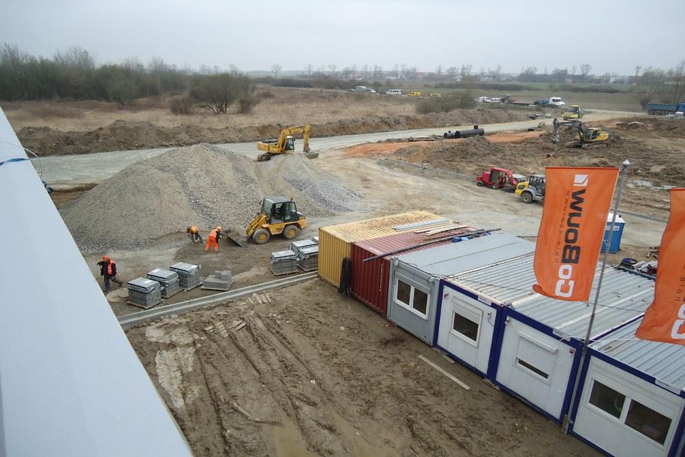 prace budowlane na terenie inwestycji - hala produkcyjna z budynkiem biurowym, dla Uniservice, Skarbimierz
