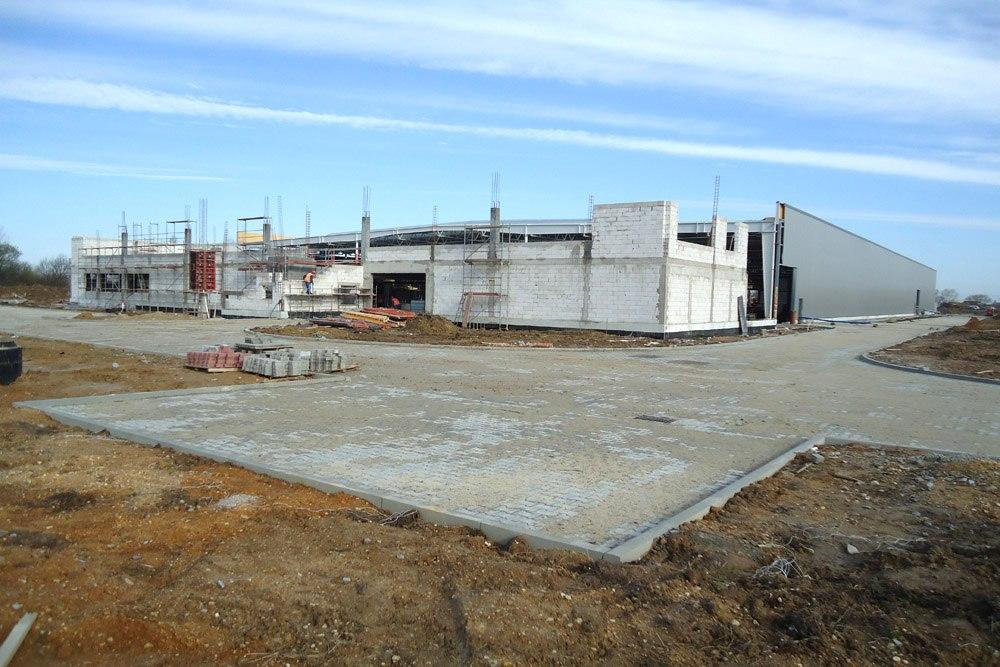 widok ogólny na budowę - hala produkcyjna z budynkiem biurowym, dla Uniservice, Skarbimierz, woj. Opolskie