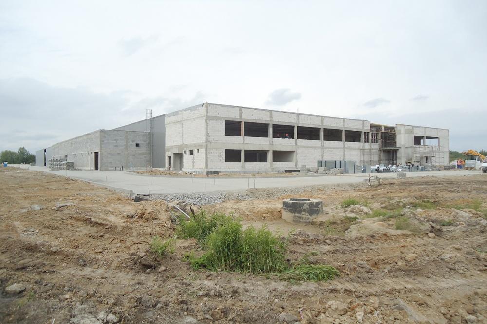 jedna z elewacji w trakcie budowy 1 - hala produkcyjna z budynkiem biurowym, dla Uniservice, Skarbimierz