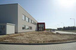 widok z boku - hala produkcyjna z budynkiem biurowym, dla Uniservice, Skarbimierz, woj. Opolskie