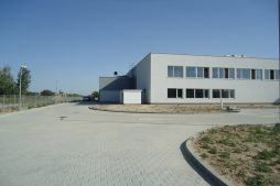 plac przed halą - hala produkcyjna z budynkiem biurowym, dla Uniservice, Skarbimierz, woj. Opolskie