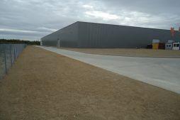 teren przed halą - hala produkcyjna z budynkiem biurowym, dla Uniservice, Skarbimierz, woj. Opolskie