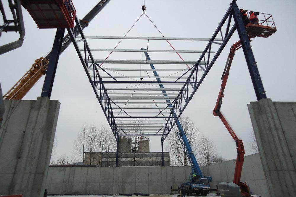 wznoszenie konstrukcji stalowej widziane od spodu - hala magazynowa, dla Van Gansewinkel, Kraków