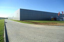 plac przed halą 2 - hala produkcyjna z budynkiem biurowym, dla Uniservice, Skarbimierz, woj. Opolskie