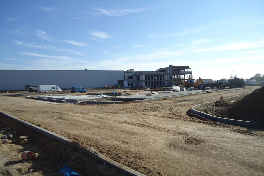 widok na budynek biurowy w trakcie budowy - hala produkcyjna z budynkiem biurowym, dla Adams, Mrągowo
