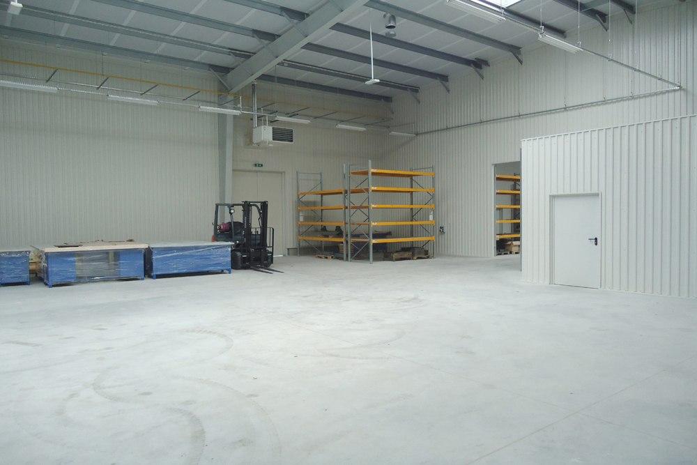 wnętrze hali 2 - hala produkcyjna z częścią socjalno-biurową, dla Danmar, Łódź, woj. łódzkie