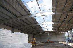świetliki dachowe widziane od wewnątrz - hala produkcyjna z częścią socjalną, dla Marva International, Poznań