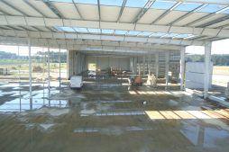 konstrukcja stalowa widziana od wewnątrz - hala produkcyjna z częścią biurową, dla Dinopol, Ostró Wlkp.