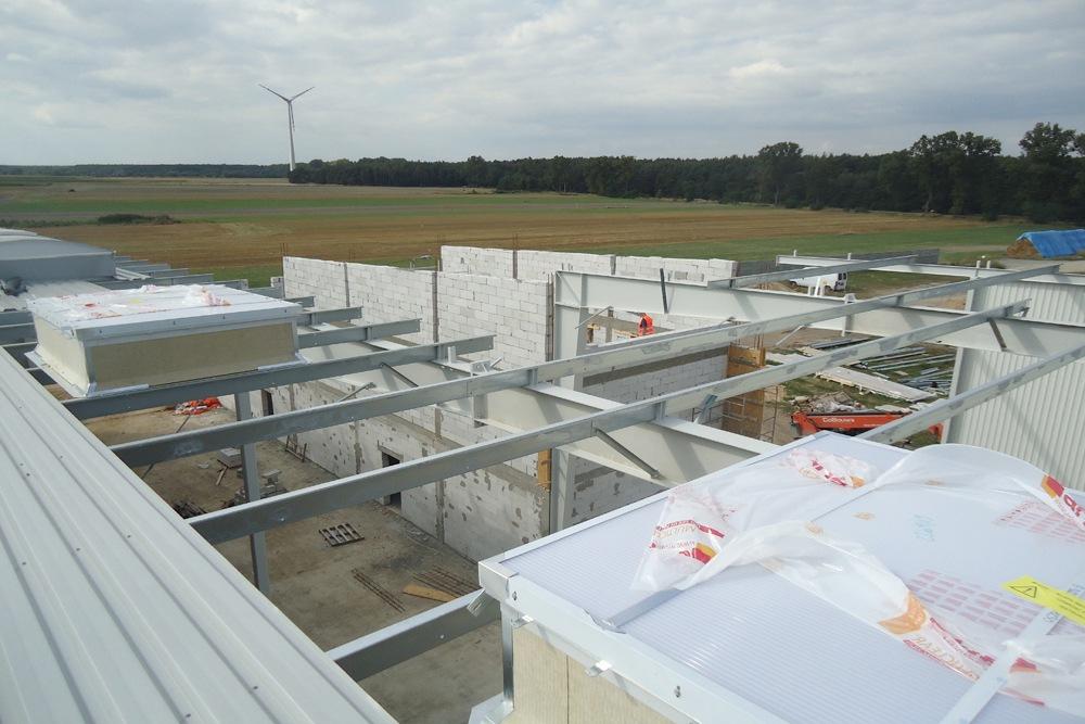 hala w trakcie budowy - hala produkcyjna z częścią biurową, dla Dinopol, Ostró Wlkp., woj. wielkopolskie