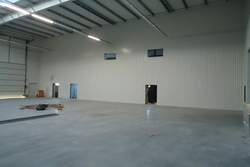wnętrze obiektu w trakcie budowy - hala produkcyjna z częścią biurową, dla Dinopol, Ostró Wlkp., woj. wielkopolskie