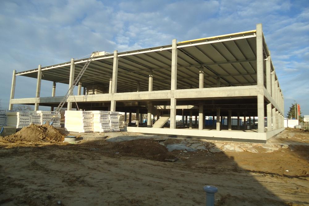 widok konstrukcji szkieletowej budynku - hala handlowa, dla Koopman International, Komorniki, woj. wielkopolskie