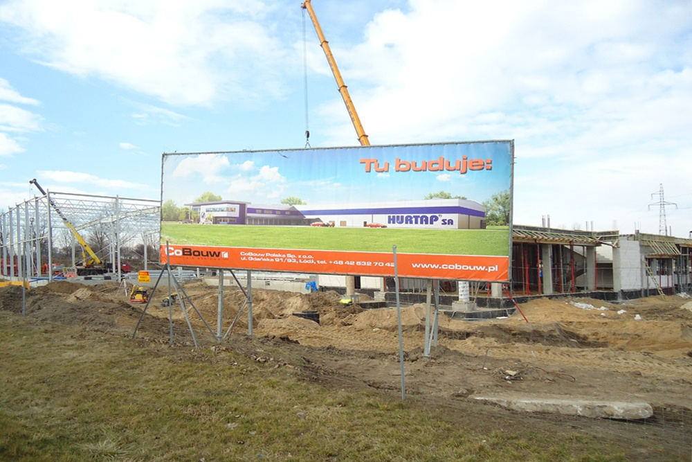 baner reklamowy na tle inwestycji 2 - hala magazynowa z budynkiem biurowym, dla Hurtap SA, Głogów