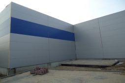 ściana boczna budynku w w trakcie budowy - hala magazynowa z budynkiem biurowym, dla Hurtap SA, Głogów