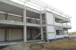 zbliżenie na budowę budynku biurowego - hala magazynowa z budynkiem biurowym, dla Hurtap SA, Głogów
