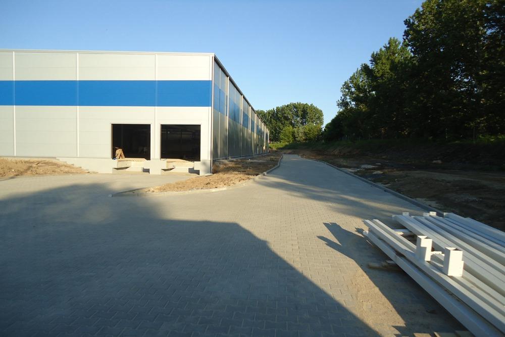 ściana boczna i tylna w trakcie budowy - hala magazynowa z budynkiem biurowym, dla Hurtap SA, Głogów