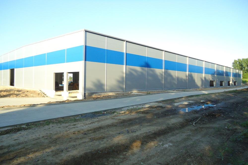 ściana boczna i tylna w trakcie budowy 2 - hala magazynowa z budynkiem biurowym, dla Hurtap SA, Głogów