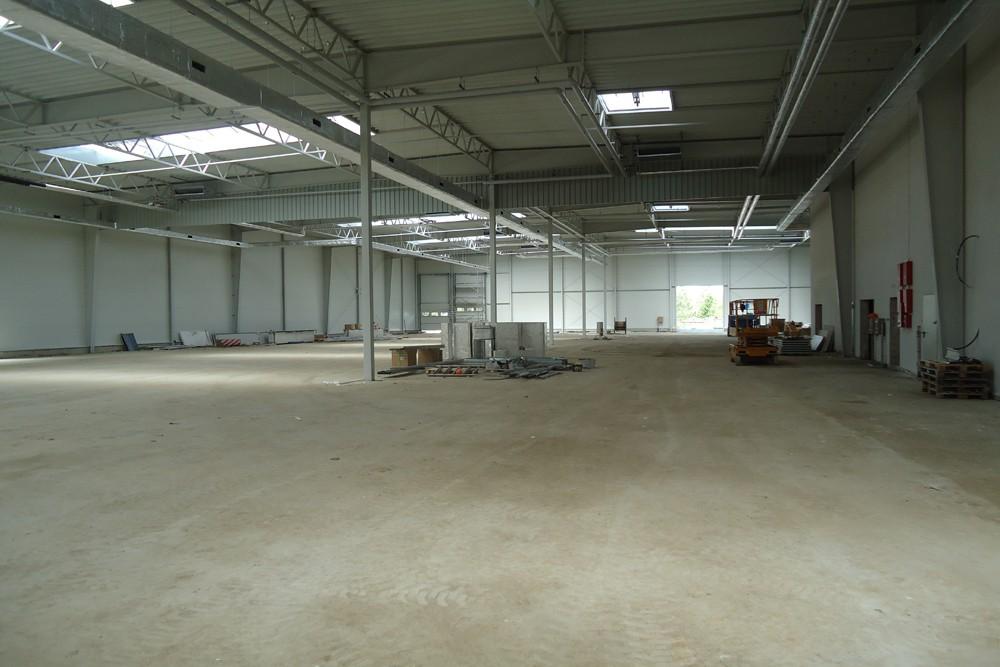wnętrze budynku podczas budowy - hala magazynowa z budynkiem biurowym, dla Hurtap SA, Głogów, woj. dolnośląskie