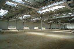 wnętrze budynku podczas budowy 1 - hala magazynowa z budynkiem biurowym, dla Hurtap SA, Głogów, woj. dolnośląskie