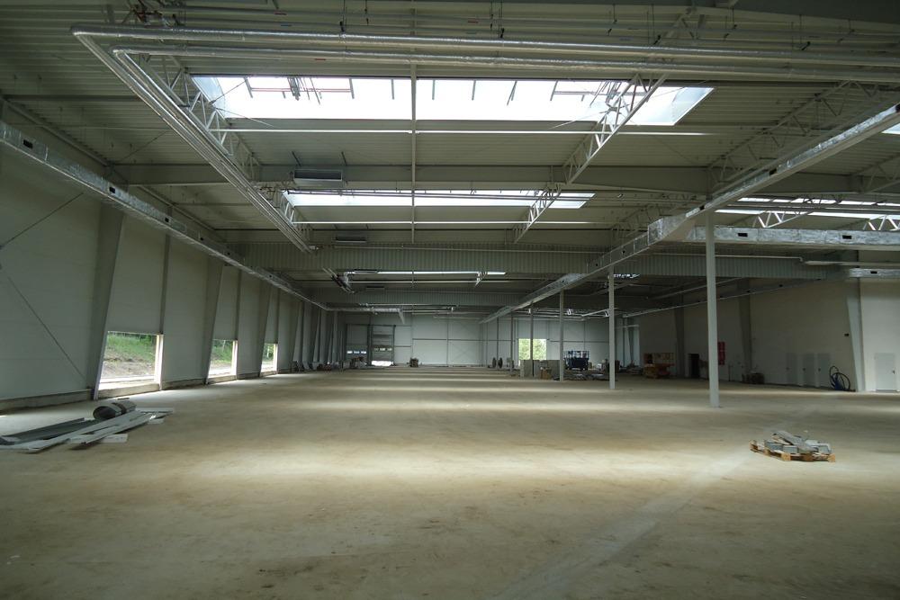 wnętrze budynku podczas budowy 2 - hala magazynowa z budynkiem biurowym, dla Hurtap SA, Głogów, woj. dolnośląskie