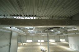 wnętrze budynku podczas budowy 3 - hala magazynowa z budynkiem biurowym, dla Hurtap SA, Głogów, woj. dolnośląskie