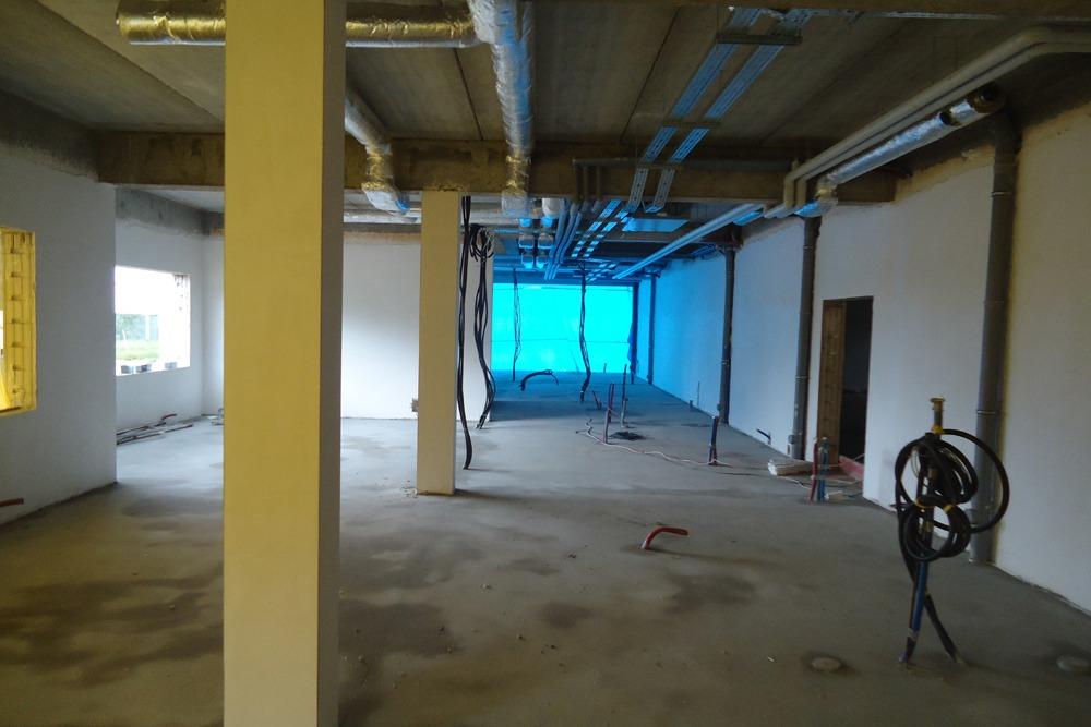 wnętrze budynku biurowego podczas budowy - hala magazynowa z budynkiem biurowym, dla Hurtap SA, Głogów