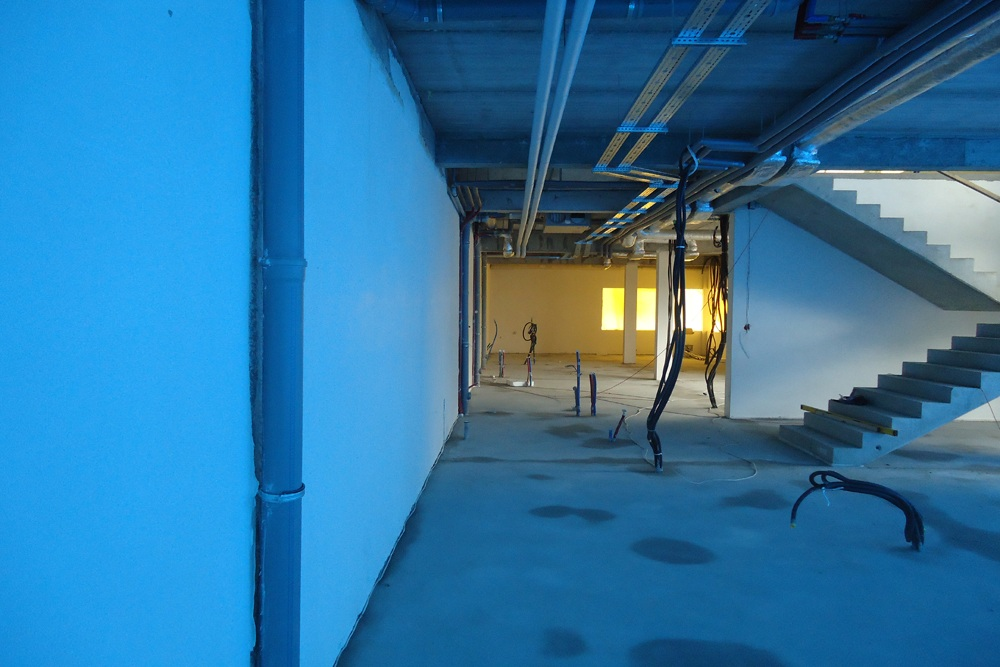 wnętrze budynku biurowego podczas budowy 2 - hala magazynowa z budynkiem biurowym, dla Hurtap SA, Głogów