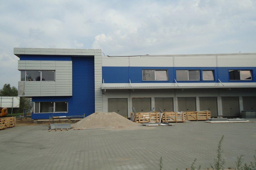 elewacja boczna w trakcie budowy - hala magazynowa z budynkiem biurowym, dla Hurtap SA, Głogów, woj. dolnośląskie