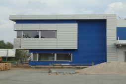 zbliżenie na jedną z elewacji biurowych - hala magazynowa z budynkiem biurowym, dla Hurtap SA, Głogów