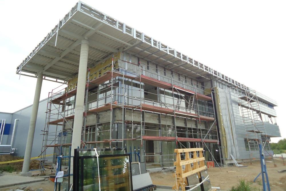 montaż paneli elewacyjnych na budynku biurowym - hala magazynowa z budynkiem biurowym, dla Hurtap SA, Głogów