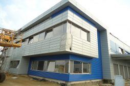 prace wykończeniowe na elewacji budynku biurowego - hala magazynowa z budynkiem biurowym, dla Hurtap SA, Głogów