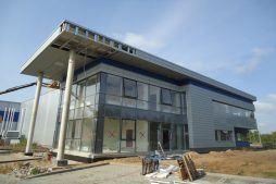 prace wykończeniowe na elewacji budynku biurowego 1 - hala magazynowa z budynkiem biurowym, dla Hurtap SA, Głogów