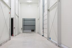 brama wjazdowa widziana od wewnątrz - hala magazynowa, dla Witamina, Biała Rządowa