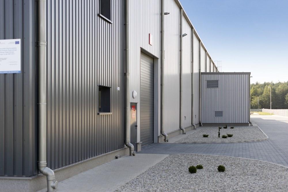 ściana boczna - hala produkcyjna z częścią biurową, dla Dinopol, Ostró Wlkp., woj. wielkopolskie