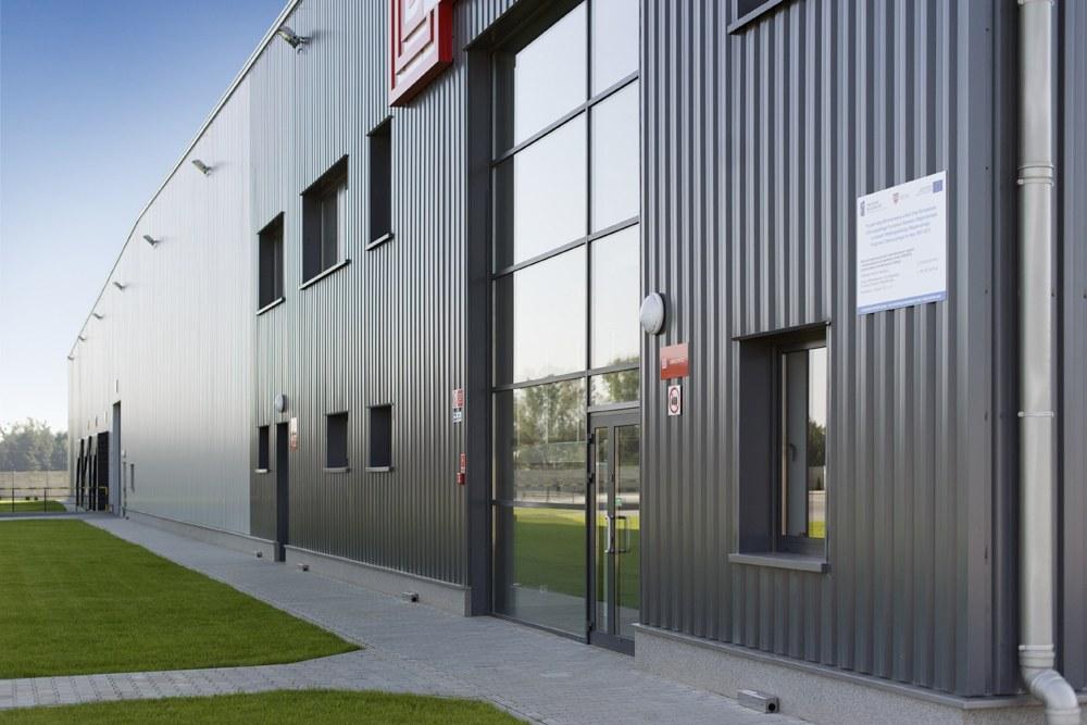ściana frontowa - hala produkcyjna z częścią biurową, dla Dinopol, Ostró Wlkp., woj. wielkopolskie
