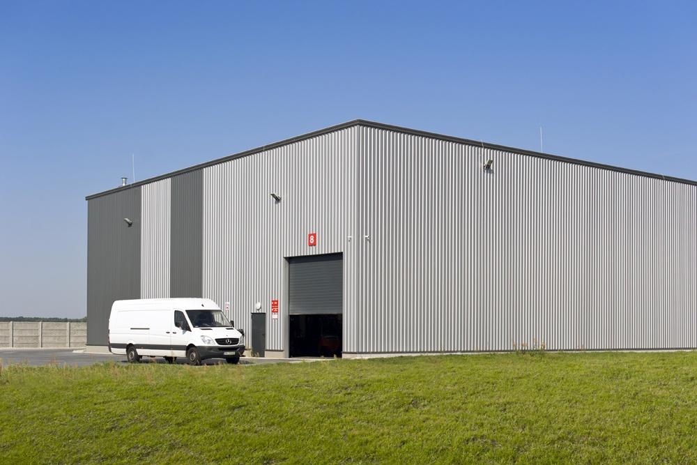 jedna z elewacji z bramą wjazdową - hala produkcyjna z częścią biurową, dla Dinopol, Ostró Wlkp.