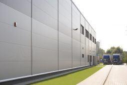 widok na ściane boczną - hala produkcyjna z częścią biurową, dla Arsanit, Konin, woj. wielkopolskie