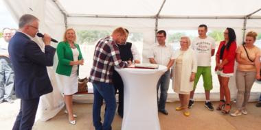 Moment podpisania aktu erekcyjnego-hala produkcyjna Spectra Lighting, Załuski
