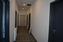 korytarz w części socjalno-biurowej - hala produkcyjna, dla Arsanit, Konin, woj. wielkopolskie