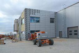 montaż paneli elewacyjnych - budynek socjalno-biurowy, Drewtur, Słodków, woj. wielkopolskie